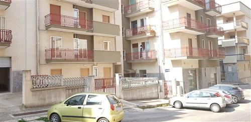 Luminoso Appartamento 3 Vani Ed Acc.Con Rimessa Inndipendente a Piano Terra.