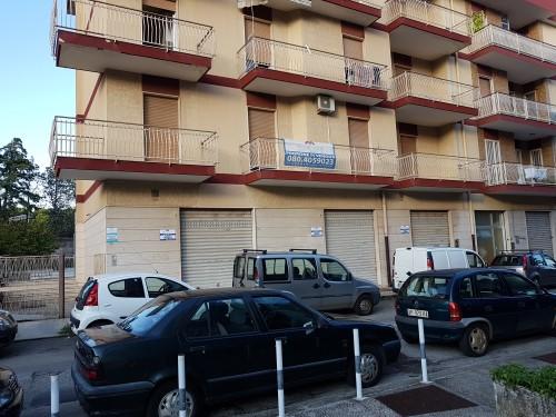 In Vendita Locale Commerciale Con Tre Vetrine / Accessi. Terrazza e Giardino.