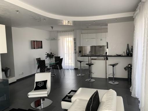 Centrale e Rifinito Appartamento di Tre Vani e Accessori, Box e Posto Auto.