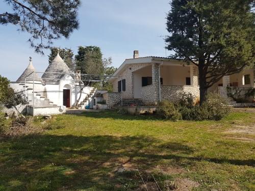 Graziosa Villa in Ottimo Stato,di Due Vani Oltre Accessori, Trulli Adiacenti.