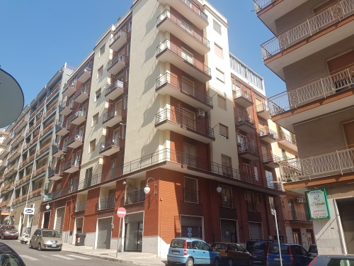 Luminoso Appartamento Centrale di Due Vani Oltre Accessori e Veranda Coperta.