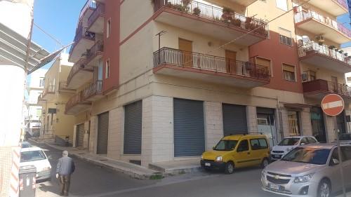 Comodo Appartamento di Tre Vani e Accessori, I Piano, Centrale ed Angolare