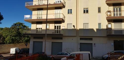 Semi-centrale Appartamento Angolare Di Tre Vani e Accessori. Con Ascensore