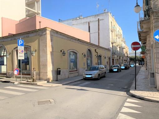 Centrale Angolare Locale Commerciale di 170 Mq. Esterno Privato. 5 Vetrine.