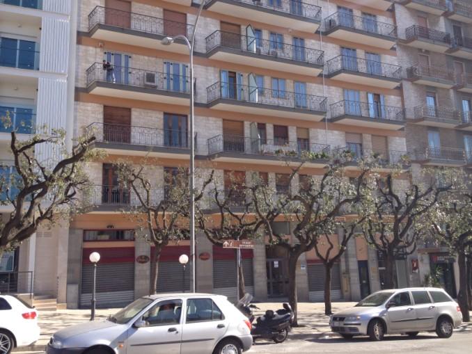 Appartamento Centrale, Al Primo Piano, Ascensore, Doppia Esposizione.