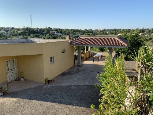 Villetta A short distance from the center. 3 Rooms, Canopy, Garage and Land.