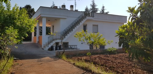 Villa di 4 Vani Oltre Accessori in Ottimo Stato, Veranda, Ampio Locale e Terreno.