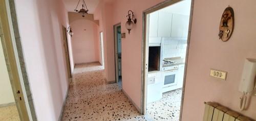 Appartamento Di Tre Vani e Accessori Al Piano Rialzato. Doppia Esposizione.