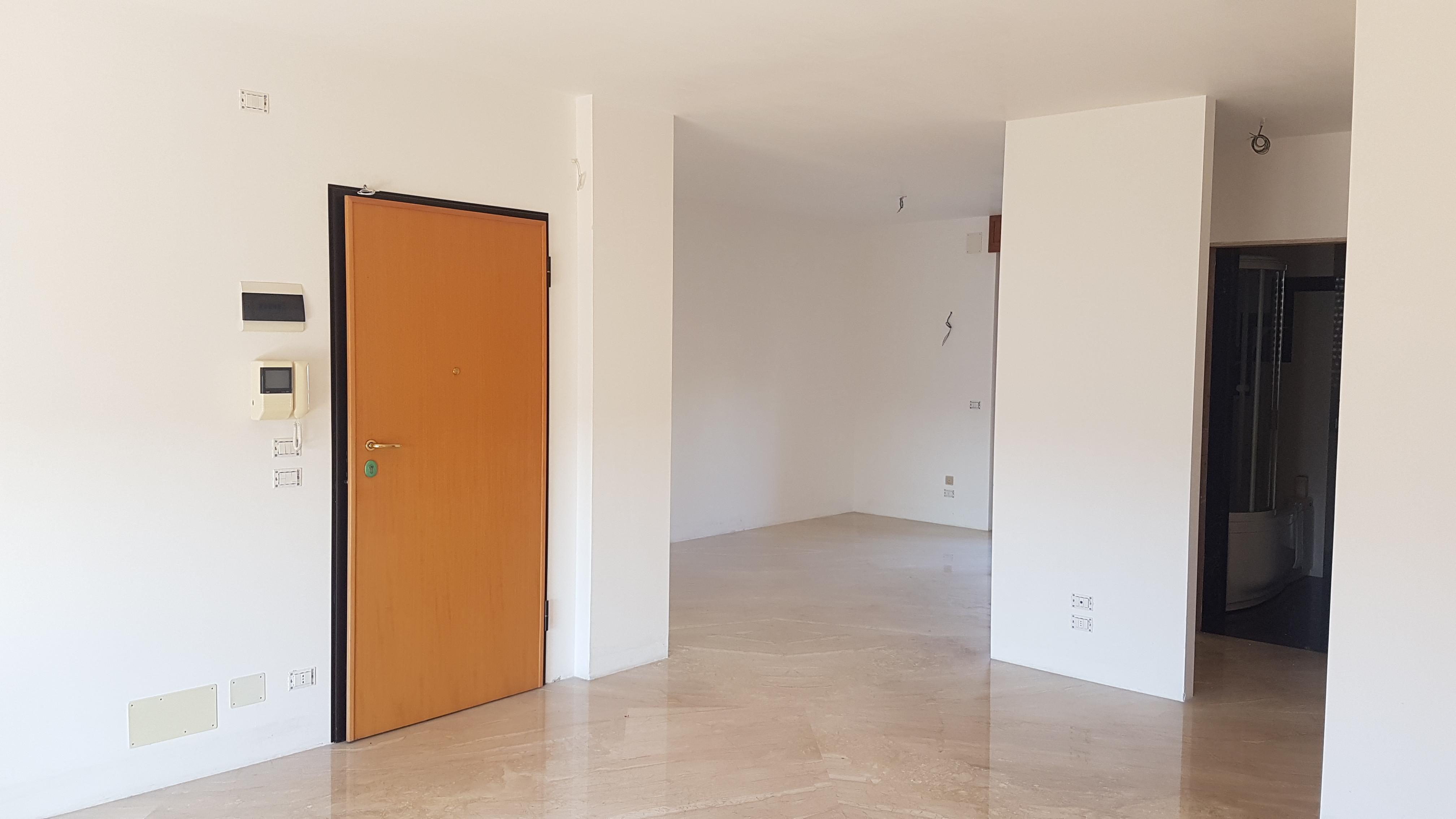 Vicinanze Viale Cristoforo Colombo Appartamento di 3 Vani e Accessori e Box