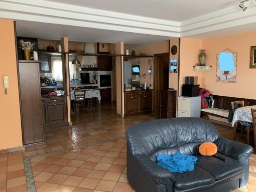 Appartamento Ingresso Indipendente Di Tre Vani, Accessori e Giardino.