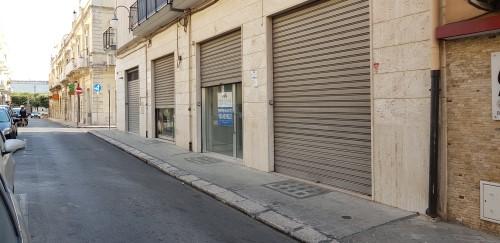 Centrale Locale Commerciale Al Piano Terra Doppia Vetrina, Doppio Servizio.