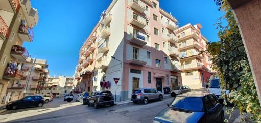 Luminoso Appartamento Angolare Tre Vani e Accessori Con Ascensore.
