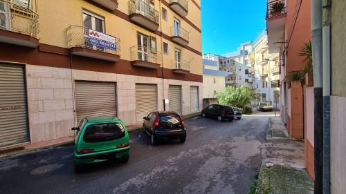 Zona Mercato, Angolare Appartamento Di Tre Vani Con Ascensore. Buono Stato.
