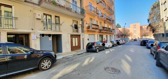 """Locale Box Per Singola Auto In Zona Poliambulatorio Asl, Scuola """"G. Parini""""."""