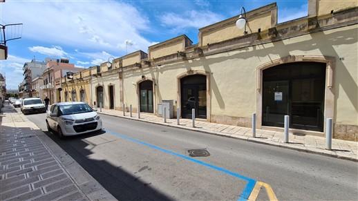 Centrale Locale In Pietra, 10 Vetrine, Suddivisibile, Accessi Multipli.