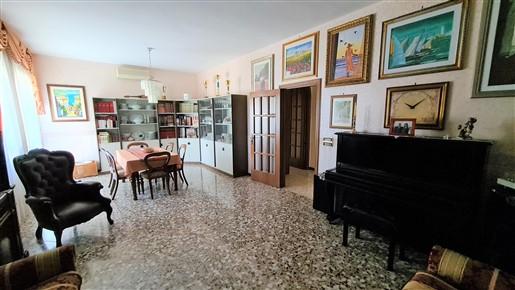 Appartamento In Buono Stato, 4 Vani Oltre Accessori, Angolare, Luminoso