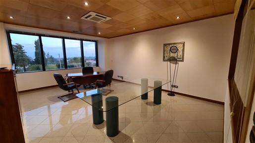Centro Levante Ufficio Di Tre Locali, Bagno. Ottime Condizioni e Parcheggio.