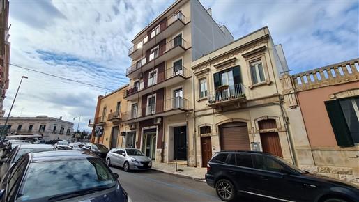 Centrale Appartamento 4 Vani Oltre Accessori, Con Ascensore, Luminoso.
