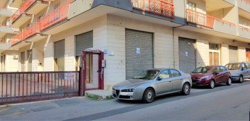 Locale Commerciale con 5 Ingressi/Vetrina Zona San Filippo